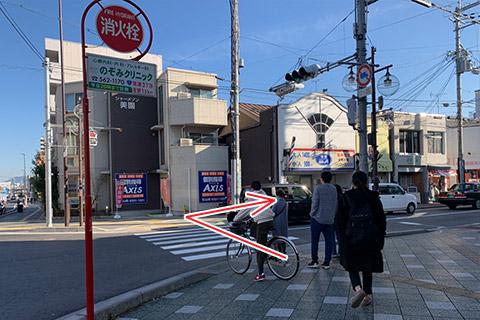 ⑤横断歩道を渡って右に曲がる